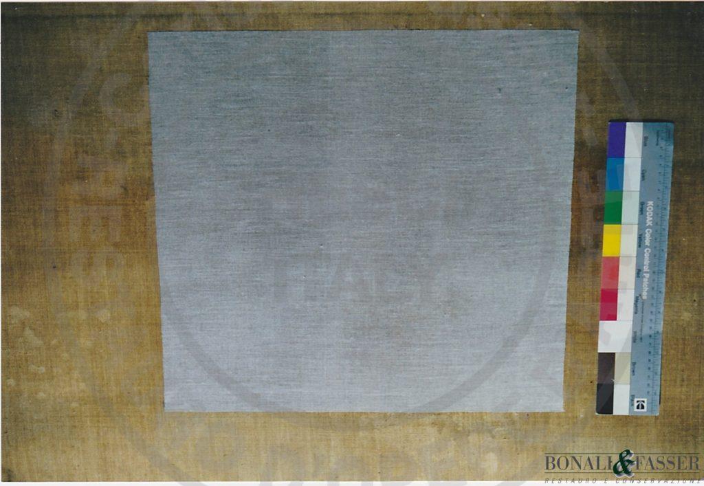 Dettaglio con visione del rinforzo di tela trattata e applicata al supporto originale tramite resina termoplastica in corrispondenza di una zona particolarmente degradata