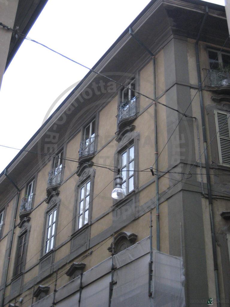 Palazzo Scotti durante lo smontaggio dei ponteggi dopo il restauro
