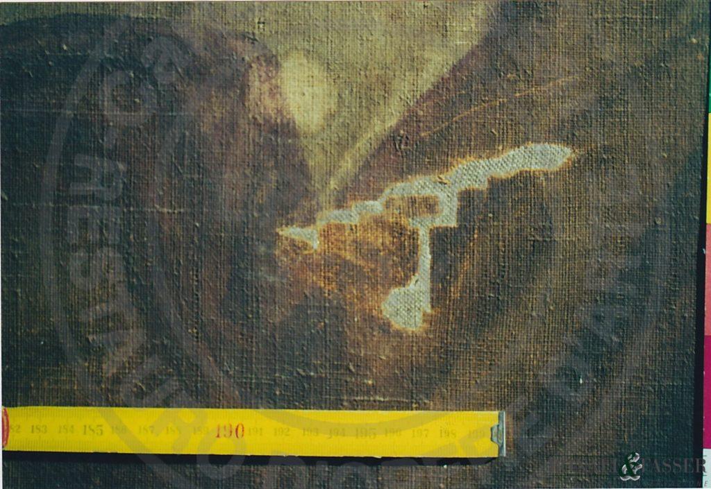 Dettaglio del recto in corrispondenza della veste dell'angelo dove è stata realizzata la reintegrazione del supporto tramite inserto di tela