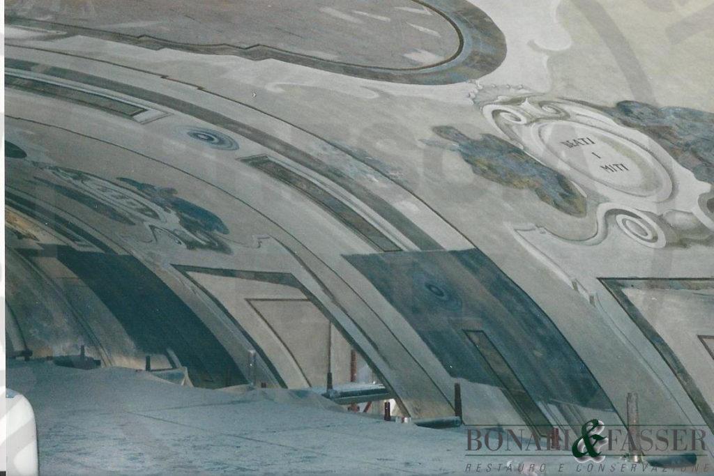 La volta della navata durante l'intervento di rimozione delle patine di nero fumo e polvere dalle superfici pittoriche